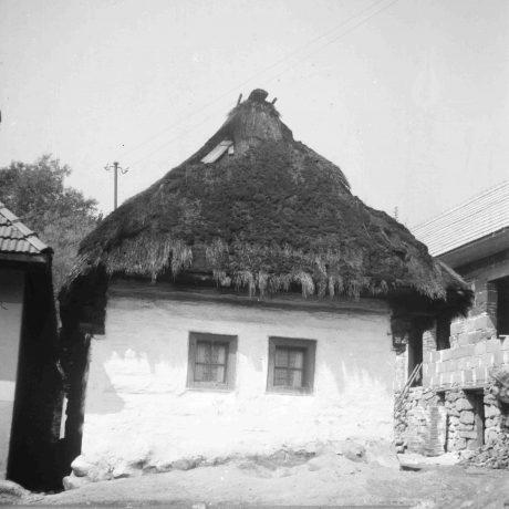 Obytný dom Šútovo. Prízemný dvojosový dom pravdepodobne zrubový, omietnutý, krytý slamou, strecha valbová. © Igor Thurzo, 1955