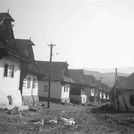 Rad domov Šumiac. Väčšinou prízemné stavby zrubové, podpivničené, s dreveným štítom, kryté šindľom, strechy sedlové. © Igor Thurzo, 1956
