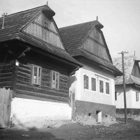 Rad domov Polomka. Domy zrubové i murované, omietnuté s podmúrovkou, s dreveným štítom, kryté šindľom, strechy sedlové. © Igor Thurzo, 1956