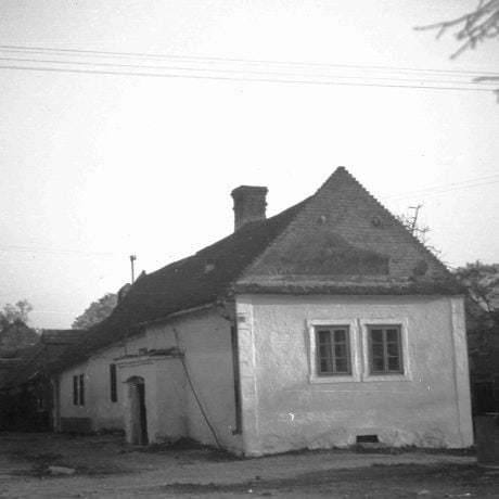 Obytný dom Vajnory. Prízemný dvojosový murovaný dom s murovaným štítom, omietnutý, strecha sedlová, tvrdá krytina, na dvornom priečelí výpustok. © Igor Thurzo, 1955