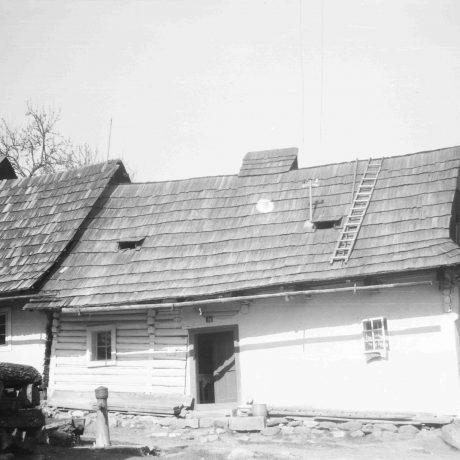 Obytný dom Jabríková. Prízemný dom, čiastočne murovaný, čiastočne zrubový, strecha sedlová, šindľový krytina. © Igor Thurzo, 1956