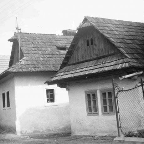 Obytné domy Kynceľová. Prízemné dvojosové domy, murované, omietnuté, strecha sedlová, krytina šindľová. © Igor Thurzo, 1955