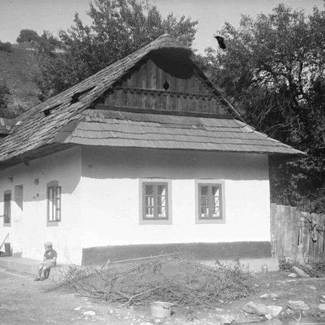 Obytný dom Môlča. Prízemný dvojosový dom, murovaný, omietnutý, strecha sedlová, krytina šindľová. © Igor Thurzo, 1955