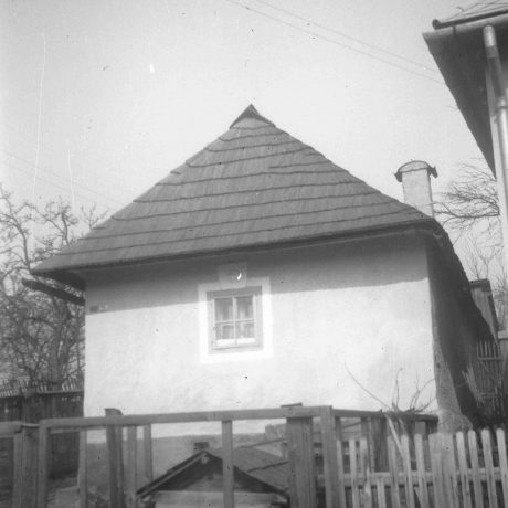 Obytný dom Radvaň (Horná Radvaň). Prízemný dvojosový dom, murovaný, omietnutý, strecha valbová, krytina šindľová. © Igor Thurzo, 1955