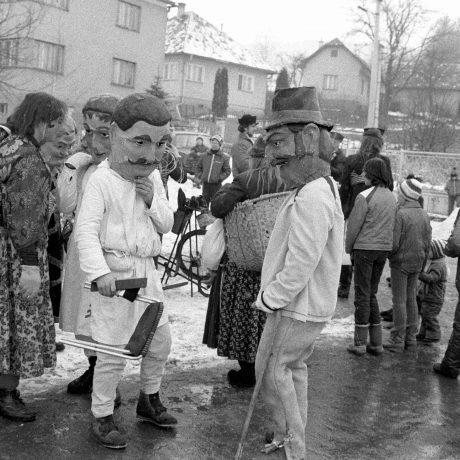 Fašiangové masky v Gbeľanoch. © Tibor Szabó, 1987