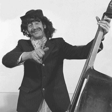 Martin Kubinec vo fašiangovej maske hrá na basu. Utekáč. © Tibor Szabó, 1978