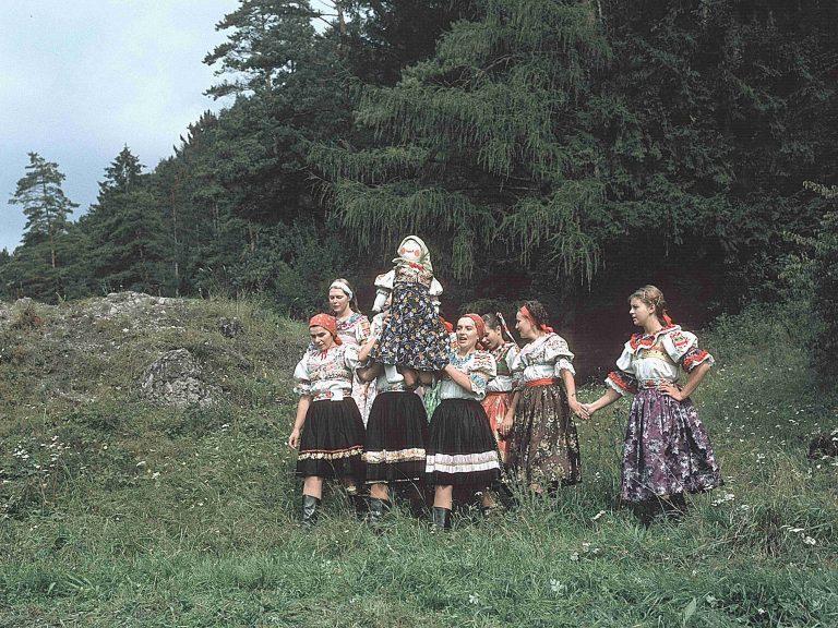 Vynášanie Moreny v Priechode. ©Tibor Szabó, 1980.