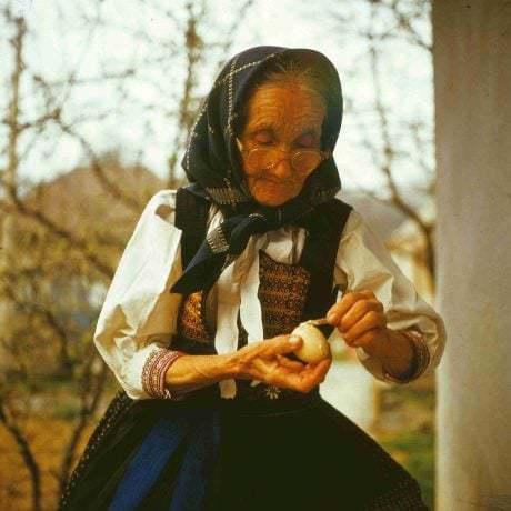 Rodí sa nová kraslica. Krasličiarka Anna Žovincová zo Selca zdobí kraslice obliepaním dužinou trávy. Foto © Vojtech Majling, 1981.