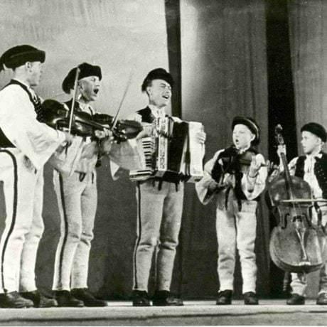Meškovská muzika z Terchovej s Milanom Chvastekom. Viliam Meško (basa), Jozef Miho (kontra), Milan Chvastek (akordeón), František Meško (1. husle), Róbert Miho (2. husle). 1950, Archív MKS v Terchovej.