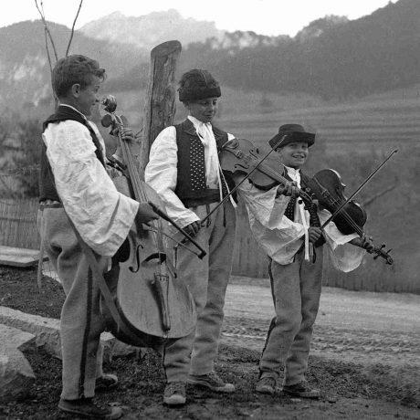 Trojčlenná terchovská muzika. Hrajú (zľava): Vavrín Bučkuliak, Ján Lacek, Štefan Lacek. 1962, Tibor Szabo. Archív Centra TĽK.