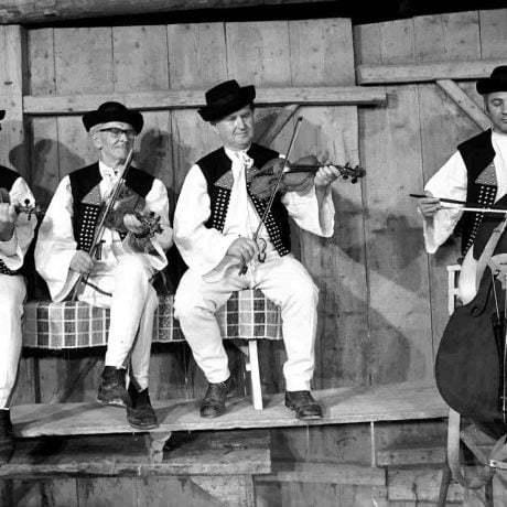 Štvorčlenná terchovská muzika - Kvočkov. Hrajú: Struharňanský Martin, Maruna Michal, Struharňanský Adam, Maruna Vincent. 1981, Tibor Szabo. Archív Centra TĽK.