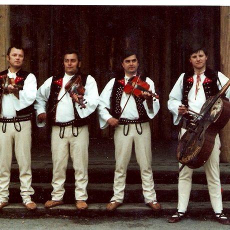 Meškovská muzika z Terchovej s Rudom Patrnčiakom. Hrajú: Rudolf Patrnčiak (basa), Viliam Meško (1. husle), Tomáš Meško (2. husle), Ladislav Mihalčatin (kontra). 1982. Archív MKS v Terchovej.