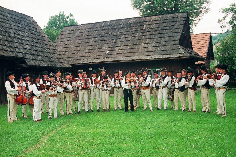 Spojené terchovské muziky na terchovskom dvore. Vyhrávanie terchovských muzikantov počas Cyrilometodských dní v Terchovej. 1995, Milan Kosec.