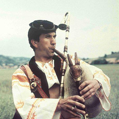 Jozef Fekiač zo Zvolena hrá na trojhlasné gajdy, 1981. Foto: Tibor Szabó, Archív CTĽK.