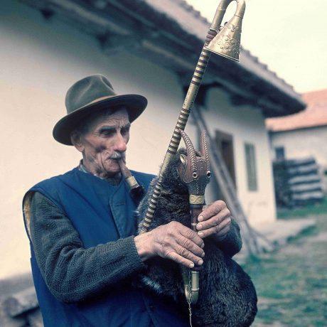 Dominik Garaj z Veľkej Lehoty hrá na trojhlasné gajdy, 1982. Foto: Tibor Szabó, Archív CTĽK.