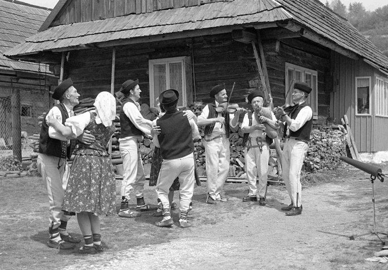 Gajdoš Jozef Zboroň a muzikou a tanečníkmi z Oravskej Polhory, 1977. Foto: Tibor Szabó, Archív CTĽK.