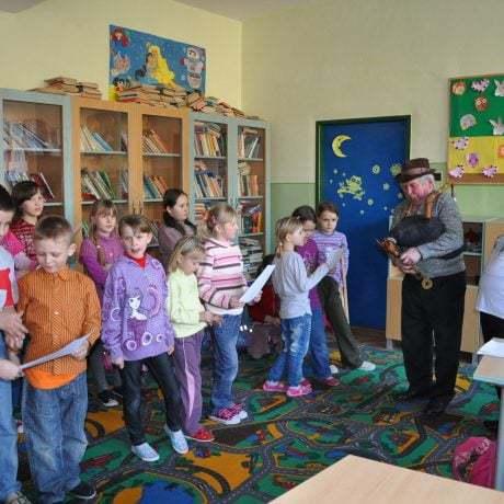 Gajdoš Jozef Luscoň a speváčka Margita Kuráková prezentujú deťom základnej školy tradičný spôsob spevu s gajdami. Oravská Polhora.