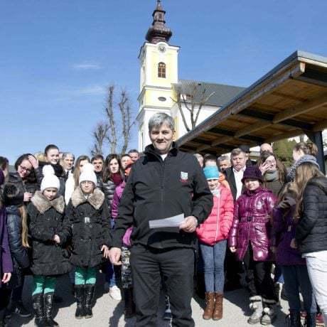 Starosta obce Heľpa Peter Hyriak s členmi folklórnej skupiny Heľpan z Heľpy