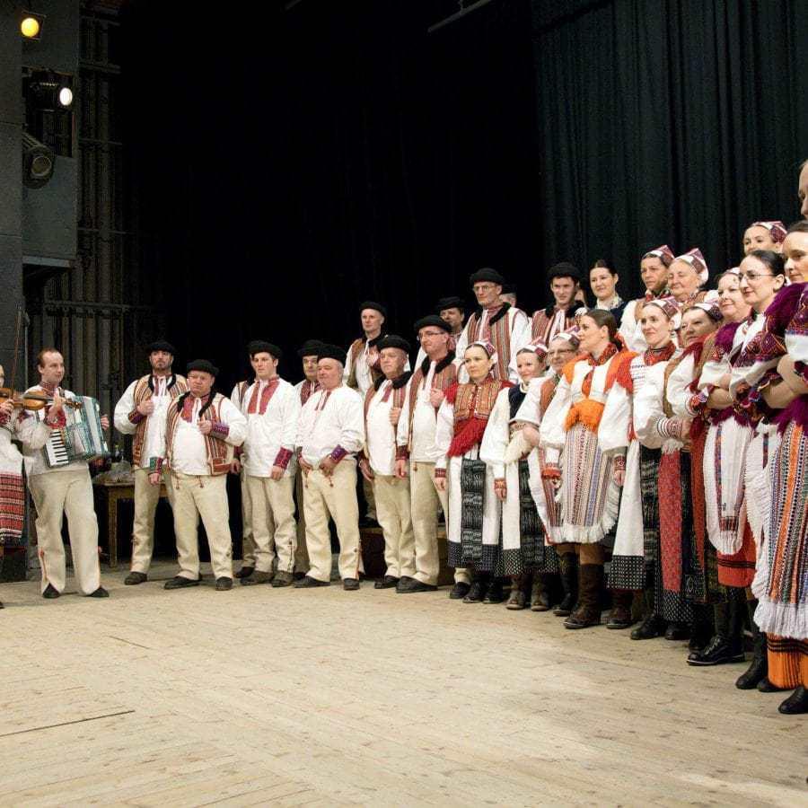 Členovia folklórnej skupiny z Polomky a Závadky nad Hronom