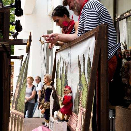 Divadlo Tyjátr z Nitry (Ivan Gontko s dcérou) počas medzinárodného dňa detí v SĽUK-u. Foto: Michal Veselský.