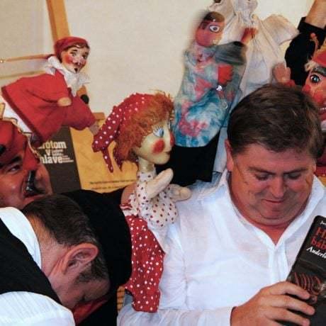 Juraj Hamar so svojou knihou Hry ľudových bábkarov Anderlovcov z Radvane.