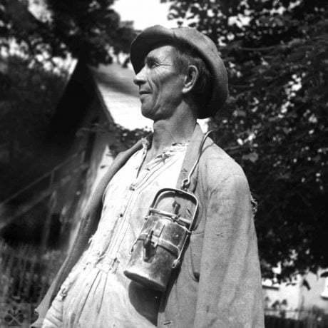 Baník v pracovnom odeve s karbidovou lampou. Žakarovce (okr. Gelnica), 1953. Archív negatívov Ústavu etnológie SAV v Bratislave. Foto F. Hideg.