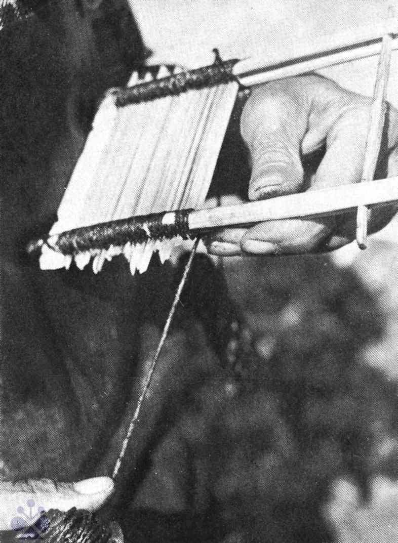 Omotávanie prútikov nasmolenou dratvou po založení trstinového zubca. Gemer. Prevzaté z Prasličková, M.: Brdárstvo a voštinárstvo v západnom Gemeri. Košice 1979, obr. 56.