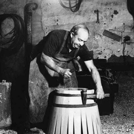 Debnár pri nabíjaní obruče. Pukanec, druhá polovica 20. storočia. Tekovské múzeum v Leviciach. Foto E. Košúthová.