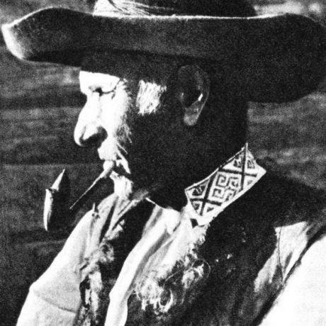 Fajčenie zapekačky. Važec (okr. Liptovský Mikuláš), okolo 1930. Prevzaté z: Slovensko