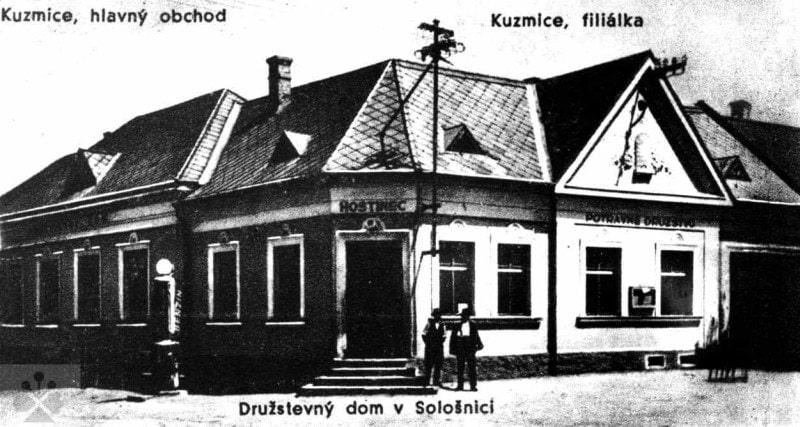 Družstevný dom v Sološnici (okr. Senica) vybudovaný v r. 1927. Okrem výčapnej, obchodnej, kultúrnej, skladištnej miestnosti, bytu pre vedúceho obchodu a hosťovskej izby mal aj miestnosť pre úverové družstvo.