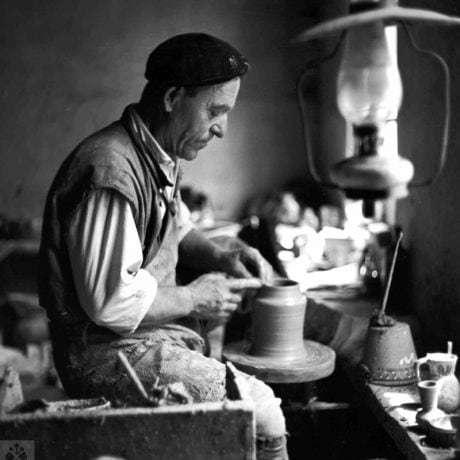 Točenie nádoby na hrnčiarskom kruhu. Bardejov (okr. Bardejov), 1963. Archív negatívov Ústavu etnológie SAV v Bratislave. Foto E. Plicková.