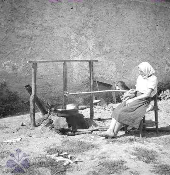 Varenie lekváru. Pozdišovce (okr.Michalovce), 1948. Archív negatívov Ústavu etnológie    SAV v Bratislave. Foto: E. Plicková.
