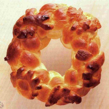Svadobný koláč mrváň. Dolné Orešany( okr. Trnava). Prevzaté z: Remeslo, umenie, dizajn 2004, č.2, s. 45. Foto: autor: nezistený.