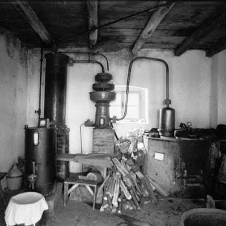 Interiér pálenice. Ladzany (okr. Zvolen), 1970. Archív negatívov Ústavu etnológie SAV v Bratislave. Foto: J. Botík.