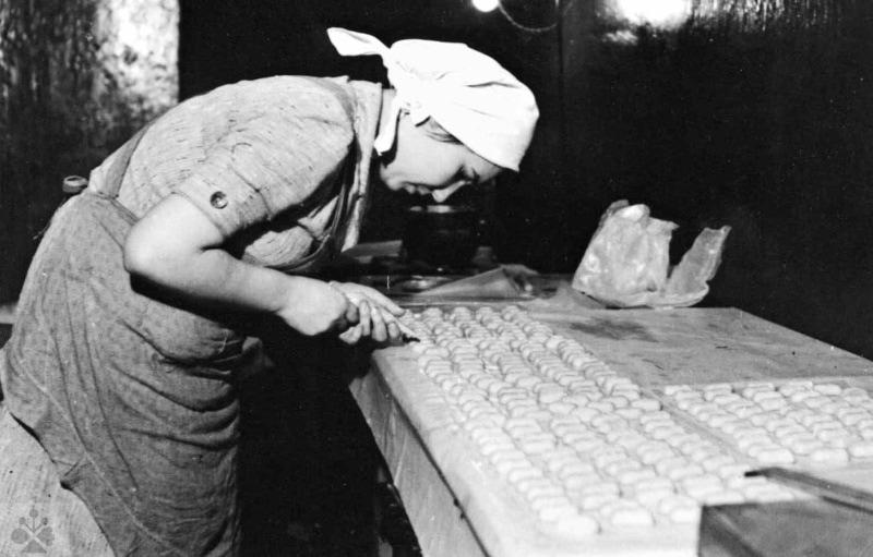 Pekárka pri práci, 50. roky 20. storočia. Súkromný archív M. Kaľavského. Foto M. Kaľavský.