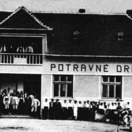 Budova potravného družstva v Červenom Hrádku (okr. Nitra) založeného v r. 1927. Prevzaté: Prevzaté: F. Houdek