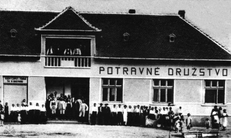 Budova potravného družstva v Červenom Hrádku (okr. Nitra) založeného v r. 1927. Prevzaté: Prevzaté: F. Houdek – M. Milov: Žena v družstevníctve. Bratislava 1944.