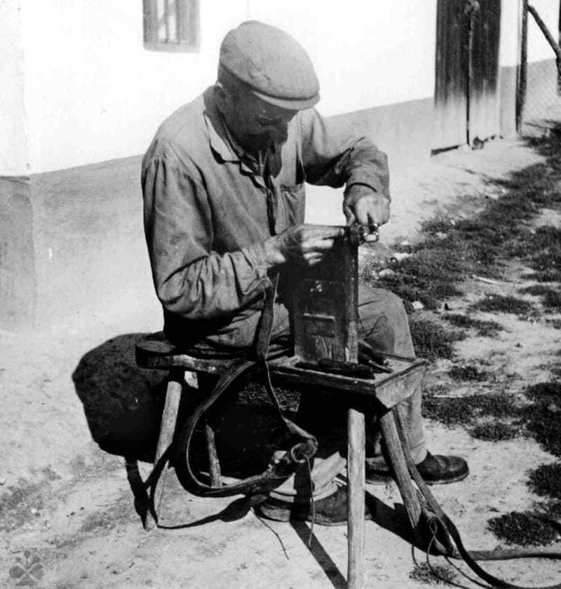 Remenár pri práci, Veľké Lovce (okr. Zlaté Moravce), 1971. Foto V. Kaľavská.