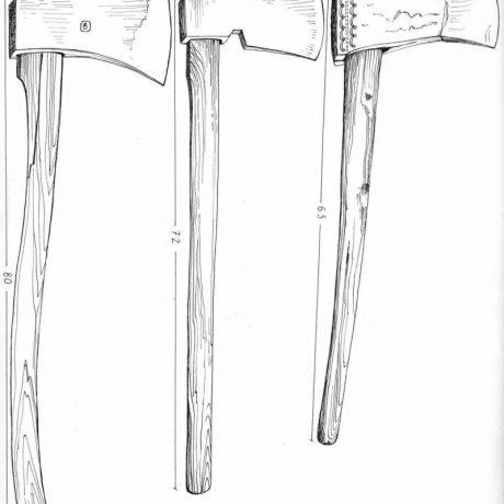 Sekery (zľava): stará forma tesárskej sekery, podtínačka, univerzálna sekera. Horehronie, 1961. Archív kresieb Ústavu etnológie SAV v Bratislave. Kresba K. Fulierová.