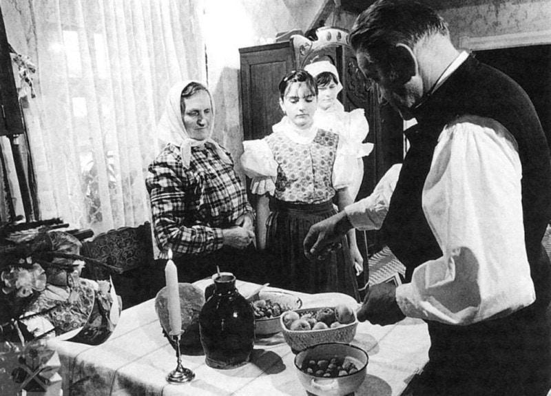 Štedrovečerné jedlá na stole. Vikartovce (okr.Poprad), 1. polovica 20. Storočia. Prevzaté z: R.Stoličná a ďalší autori: Slovensko