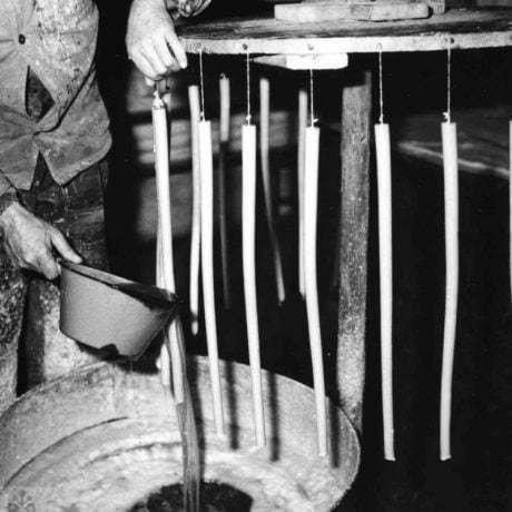 Výroba sviečok namáčaním a oblievaním knôtov ohriatym voskom. Spišská Nová Ves (okr. Spišská Nová Ves), 1967. SNM – Etnografické múzeum v Martine. Foto J. Dérer.