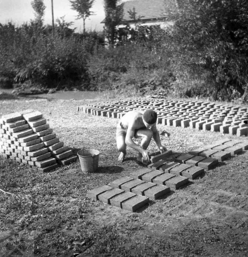 Ručná výroba tehál ich formovaním z hliny v drevnej forme. Dolá Súča (okr. Trenčín), 1951. Archív negatívov Ústavu etnológie SAV v Bratislave. Foto, M. Rényiová.