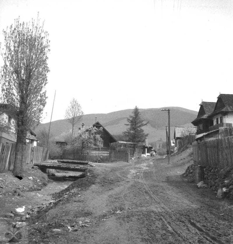 Cesta v obci rozjazdená povozmi. Heľpa (okr.  Brezno), 1954. Archív negatívov Ústavu etnológie SAV v Bratislave. Foto: J. Látalová