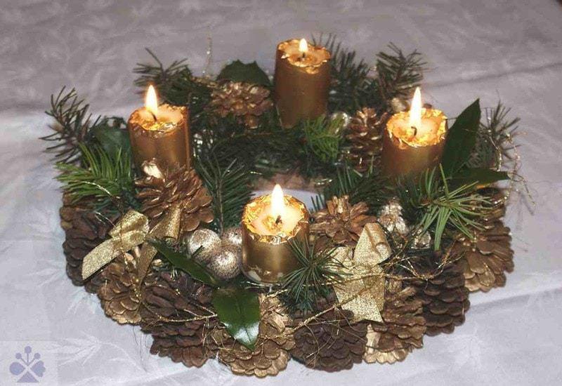 Adventné vence zhotovené doma, kúpené v kvetinárstve či na trhu, sa na stôl v obývacích izbách kladú štyri týždne pred Vianocami. Postupne sa vždy v nedeľu zapáli ďalšia svieca. V katolíckych kostoloch v Bratislave sa prinesené vence počas pobožnosti v prvú adventnú nedeľu posväcujú. Bratislava, 2009. Súkromný archív. Foto: M. Kalivodová