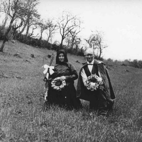 Modlitba gazdu a gazdinej v obilí na deň svätého Marka.V ruke držia koláč – mrváň, ktorý po modlitbe pováľajú po poli. Jastrabá (okr. Kremnica), 1932. SNM – Etnografické múzeum v Martine. Foto: K. Plicka