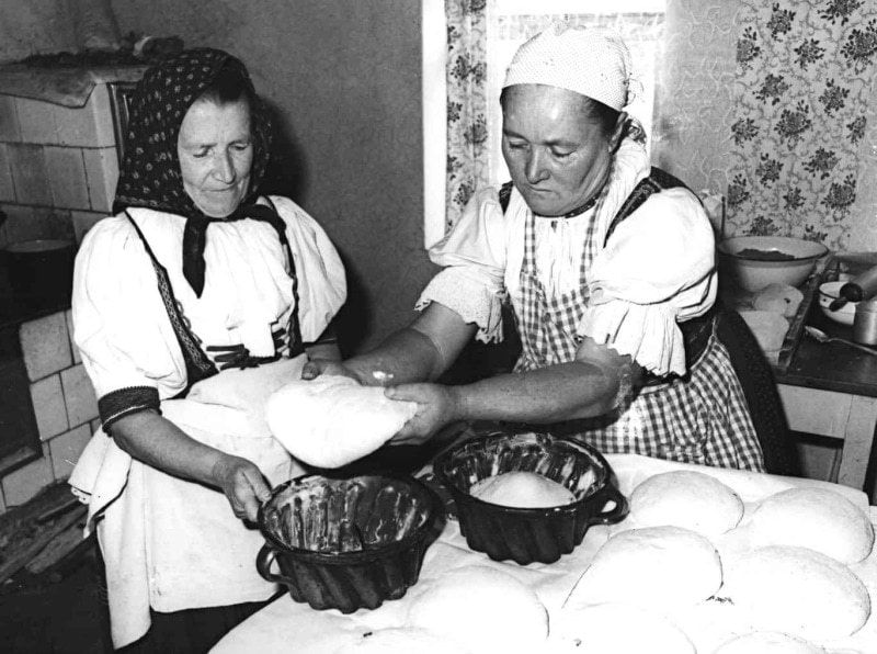 Ukladanie cesta do bábovnice. Dolná Súča (okr. Trenčín), 1976.  Foto P. Hajduch . Fotoarchív  Trenčianskeho múzea
