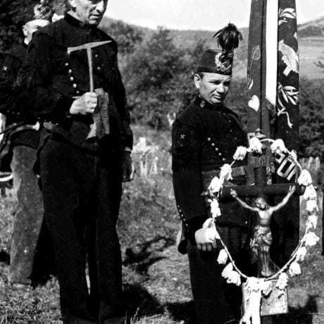 Baníci v slávnostných uniformách zo začiatku 20. storočia. Žakarovce (okr. Gelnica), 1953. Archív negatívov Ústavu etnológie SAV v Bratislave. Foto F. Hideg.