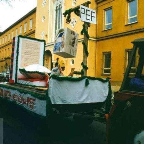 Beánia Vysokej školy poľnohospodárskej v Nitre v roku 2001. Alegorický voz  s maketou Vysokej školy poľnohospodárskej