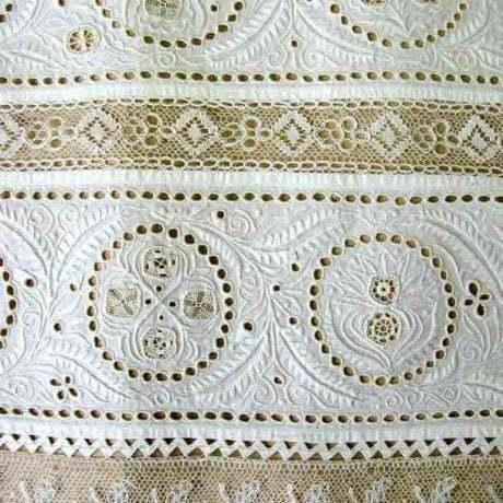 Biela dierková výšivka z rukáva mužskej košele. Okolie Trnavy. Začiatok 20. storočia. Depozitár ÚĽUV. Foto O. Danglová