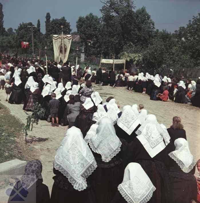 Procesia na sviatok Božieho tela. Dolný Lopašov (okr. Piešťany), 1956. Archív negatívov Ústavu etnológie SAV v Bratislave. Foto: J. Pátková